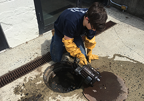 contractor draining sewer and cleaning the pipes
